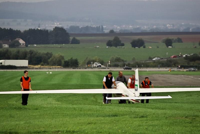 Akrobatický kluzák Swift S1 je zvolna připravován na dráhu