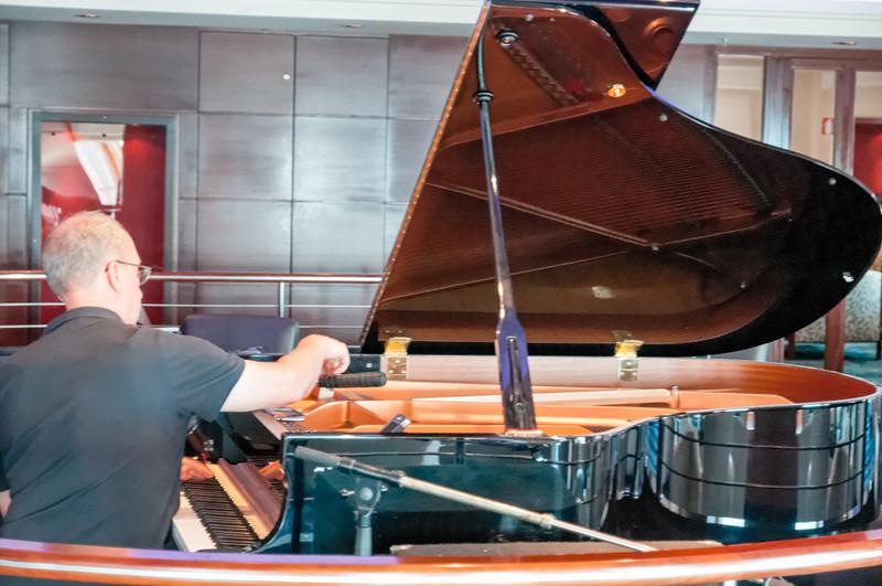 Der Klavierstimmer bei der Arbeit.