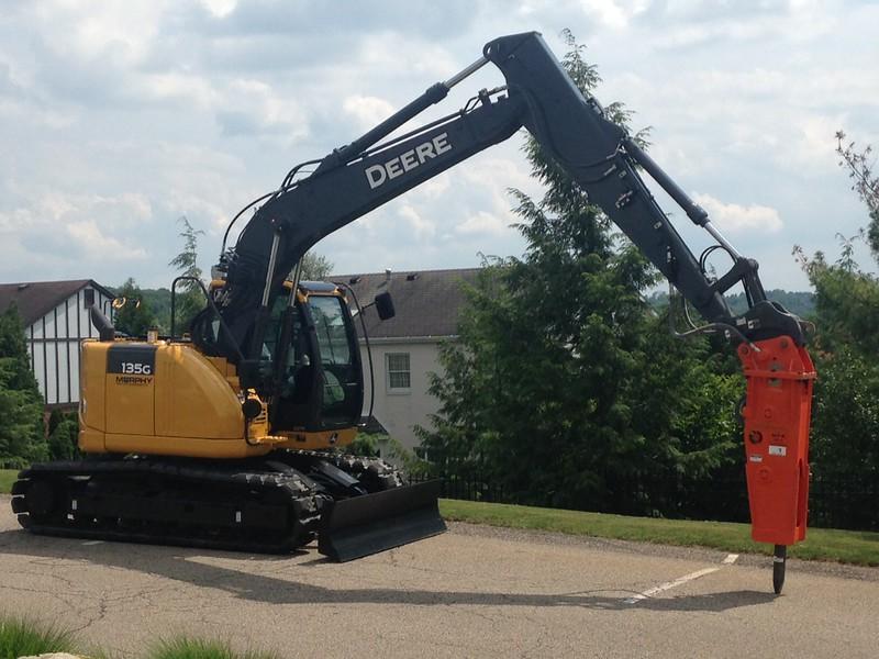 NPK GH6 hydraulic hammer on Deere excavator (3).JPG