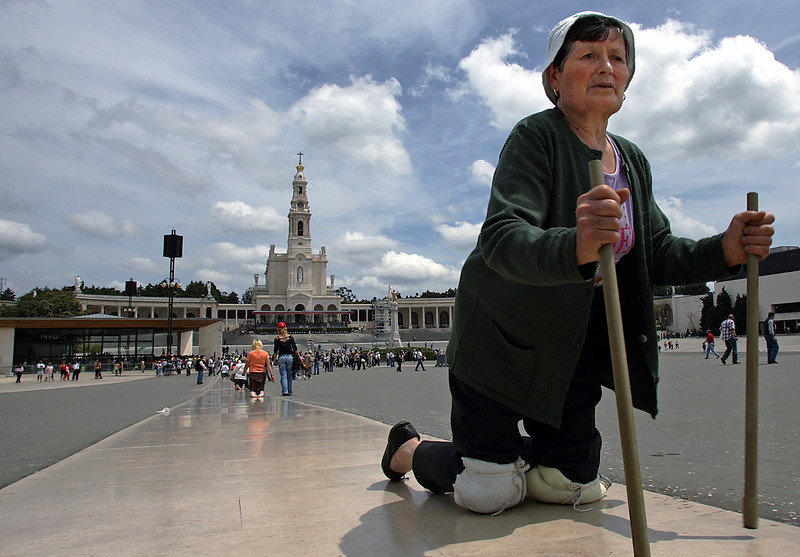 PILGRIM PRAYS ON KNEES AT FATIMA