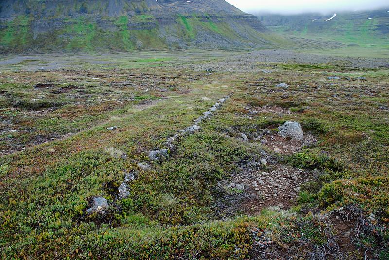 Hleðslur við sýsluveginn í Aðalvík.