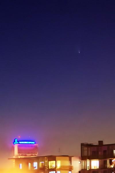 Kometa C2011 L4 panSTARRS nad Olomoucí 20.3.2013, 19:25, Canon EF-S 18-55mm na 55mm