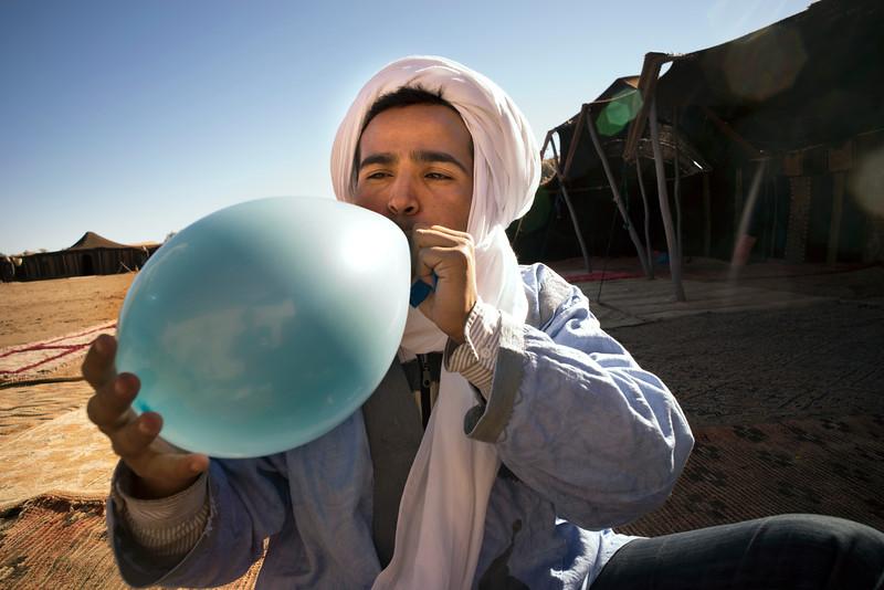 Balon opblazen Sahara kamp -66.jpg