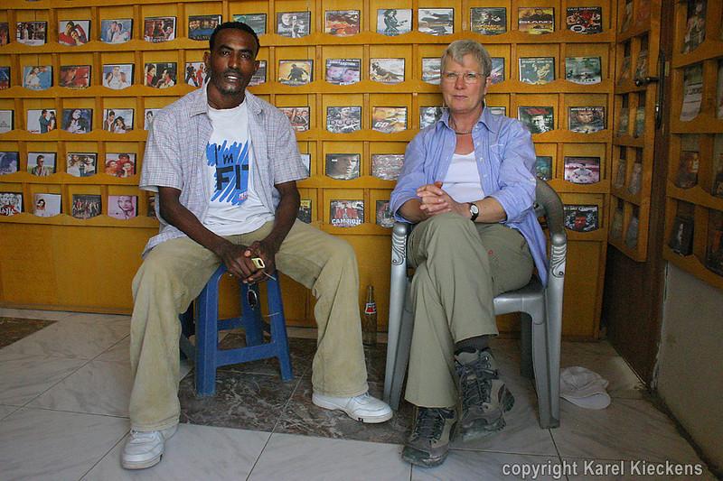 11.Mekele. Aman en Rose in zijn shop.jpg