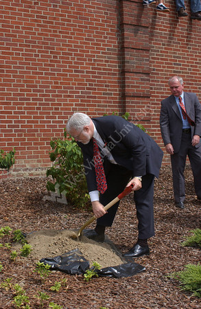 22330 - 911 Ceremony Tree Planting Library
