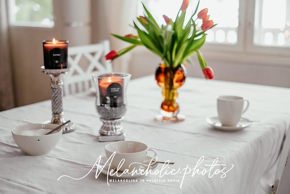 Pentikin teekuppi ja pieni kulho sekä Saaren Taika kynttilät ja tulppaanikimppu