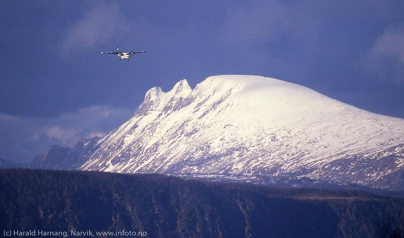 Widerøes Twin Otter på tur ned mot Narvik Lufthavn, Framnes