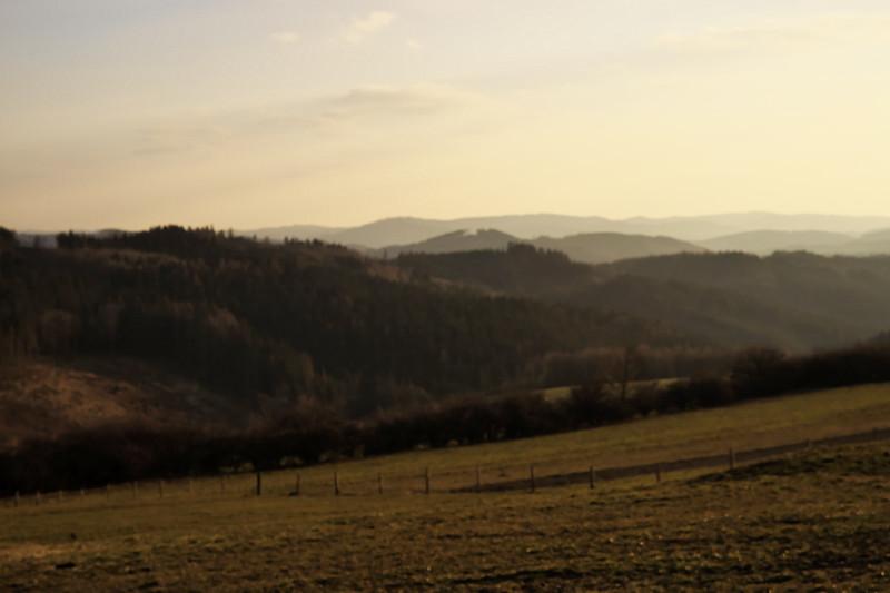 Únava z celodenního lezení po místních kotárech se začala projevovat na kvalitě fotografií. Ale protože je to jediný záběr té krajiny v zapadajícím slunci, tak jsem ho sem přesto zařadil.