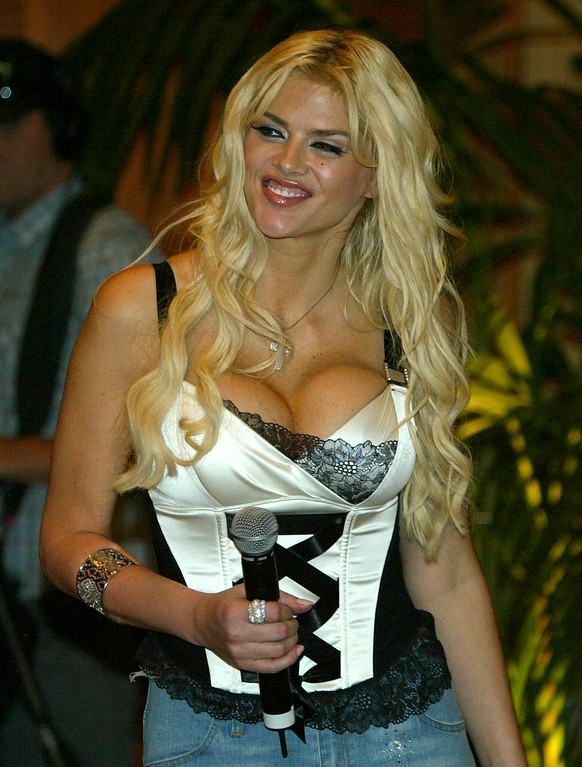 . **FILE**Anna Nicole Smith arrives at a press conference for the Australia MTV awards in Sydney,on March 2, 2005.  A lawyer for  Smith says she has died in Hollywood Fla., Thursday, Feb.8, 2007  (AP Photo/Rob Griffith)