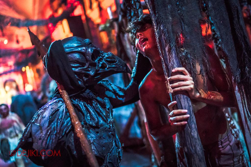 Halloween Horror Nights 7 - Pilgrimage of Sin / Cruelty cage Crow grabs Boy