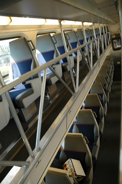 車廂的基本配置都是雙層的,下層是2-2配置,上層是1-1配置,有的朝前有的朝後