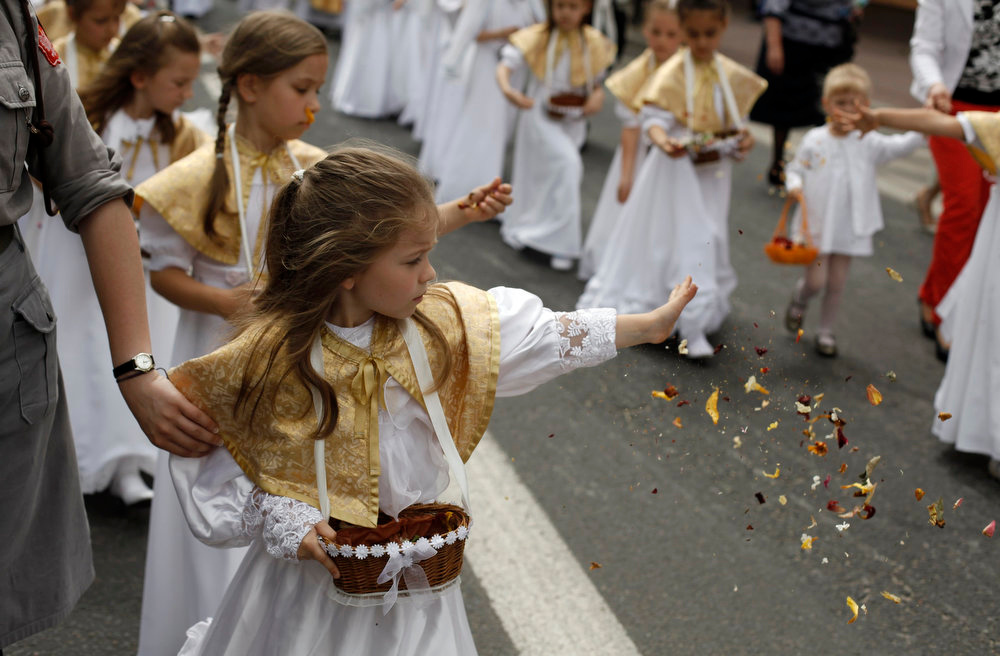 . Girls throw flower petals during a Corpus Christi procession in Gora Kalwaria near Warsaw May 30, 2013.  REUTERS/Kacper Pempel