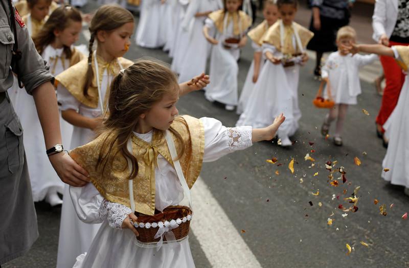 . Girls throw flower petals during a Corpus Christi procession in Gora Kalwaria near Warsaw May 30, 2013.  REUTERS/Kacper Pempel