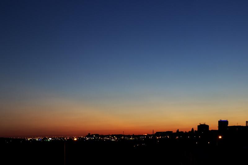 Ještě jeden širokoúhlý záběr s pomalu mizejícími krepuskulárními paprsky. Obě planety jsou už v tuto chvíli z mého pohledu pod obzorem.