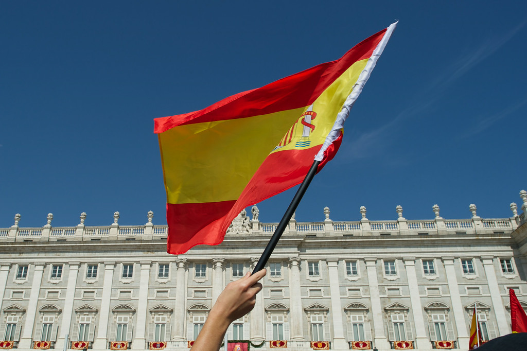 . People await the arrival of King Felipe VI of Spain and Queen Letizia of Spain at the Royal Palace on June 19, 2014 in Madrid, Spain. (Photo by Carlos Alvarez/Getty Images)