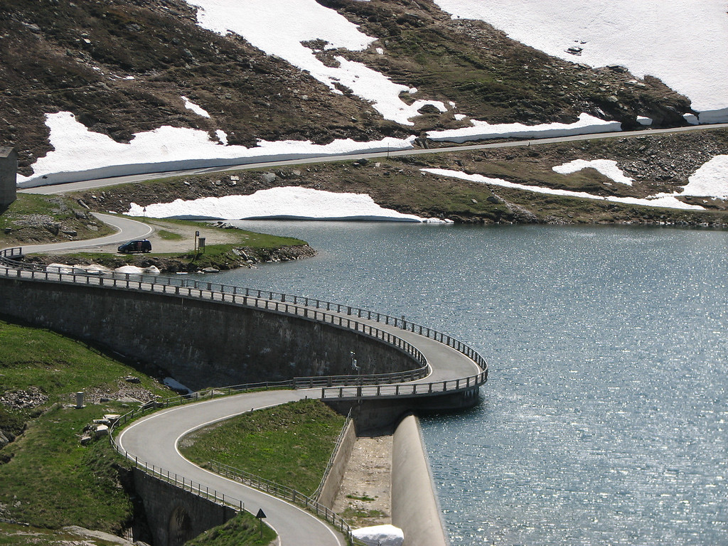 Symbiose tussen bergen, sneeuw, water en een beetje asfalt