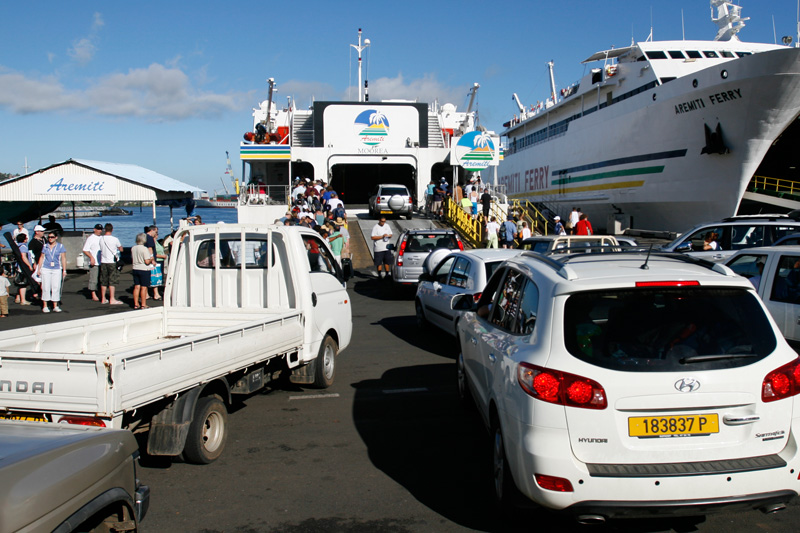 There's quite a free-for-all as the vehicles jocky to get on the ferry for Moorea.