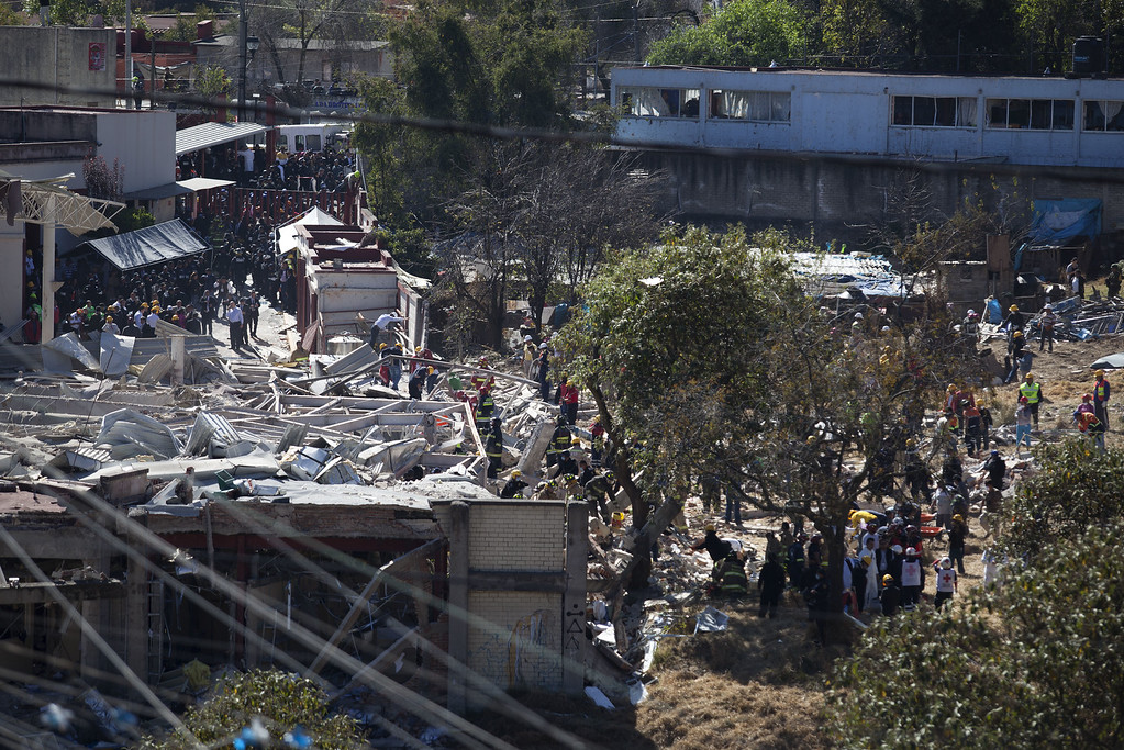 . Search and rescue workers inspect the rubble of an explosion at a children\'s hospital on January 29, 2015 in Mexico City, Mexico. Officials believe the explosion was caused by a gas truck running into the hospital. (Photo by Brett Gundlock/Getty Images)