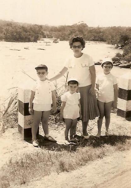 Fucauma: D. Fernanda Piedade e filhos: Carlos, Fernando e Maria João