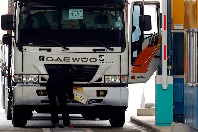 . A South Korean truck driver returning from the Kaesong Industrial Complex (KIC) inside the North Korean border, changes his license plate authorized by North Korea to a South Korean one upon his arrival at the South\'s CIQ (Customs, Immigration and Quarantine), just south of the demilitarized zone separating the two Koreas, in Paju, north of Seoul, April 8, 2013. Movement around an atomic test site in North Korea indicates the reclusive state may stage another nuclear test, a South Korean minister said on Monday, an act that would further drive up tensions on the Korean peninsula.   REUTERS/Kim Hong-Ji