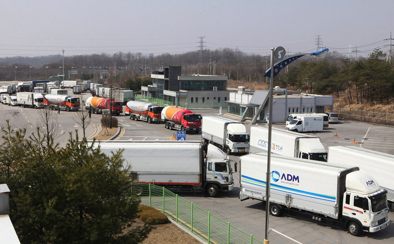 . South Korean vehicles turn back their way as they were refused entry to North Korea\'s city of Kaesong, at the customs, immigration and quarantine office in Paju, South Korea, near the border village of Panmunjom, Wednesday, April 3, 2013.  North Korea on Wednesday barred South Korean workers from entering a jointly run factory park just over the heavily armed border in the North, officials in Seoul said, a day after Pyongyang announced it would restart its long-shuttered plutonium reactor and increase production of nuclear weapons material. (AP Photo/Ahn Young-joon)