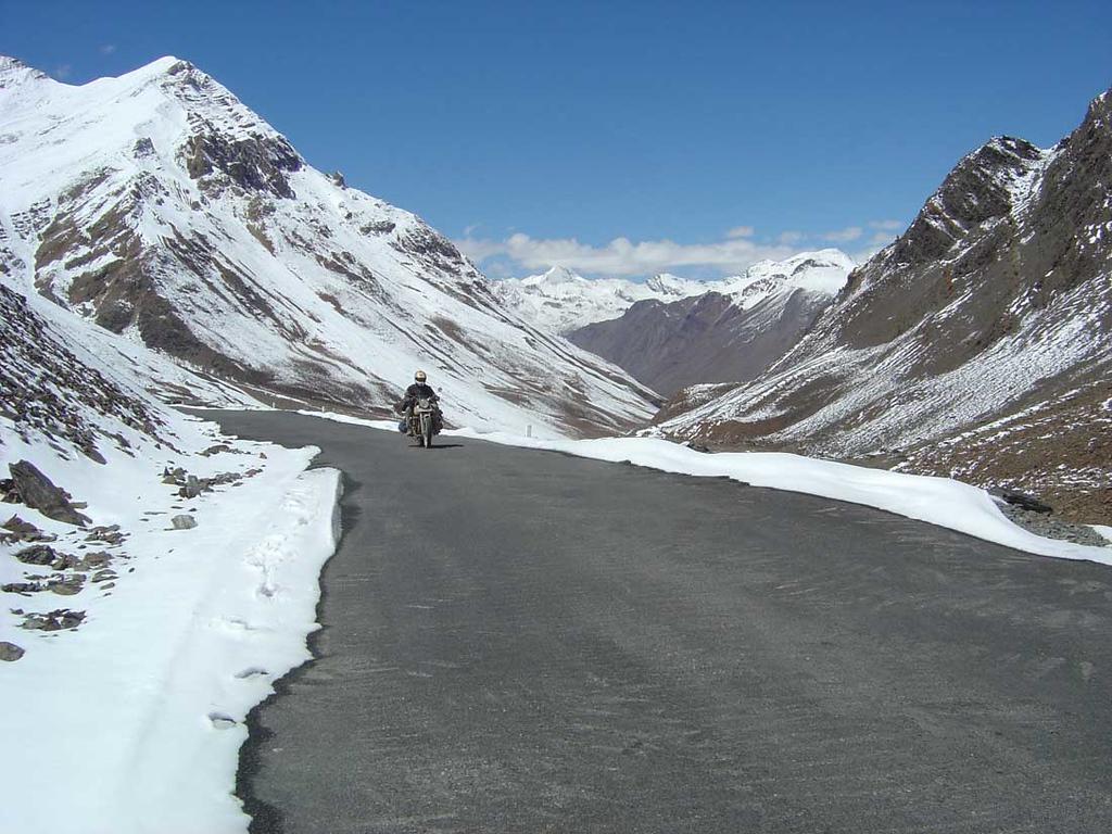 Tussen Manali en de eerste pas Baralacha la op 4000m. hoogte. Op handgeschept asfalt...