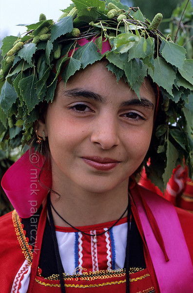 [RUSSIA.GOLDENRING 25.987] 'Girl with wreath.'  During Troitsa (Whit Sunday) festivities in Suzdal a girl in traditional dress wears a wreath of birch twigs. The birch personifies the renewal of life in spring. Photo Mick Palarczyk.