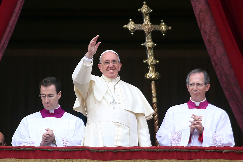 . VATICAN CITY, VATICAN - DECEMBER 25:  Pope Francis waves to the faithful as he delivers his Christmas Day message from the central balcony of St Peter\'s Basilica on December 25, 2013 in Vatican City, Vatican. The \'Urbi et Orbi\' blessing (to the city and to the world) is recognised as a Christmas tradition by Catholics with the Pope Francis focusing this year on the peace in the world.  (Photo by Franco Origlia/Getty Images)