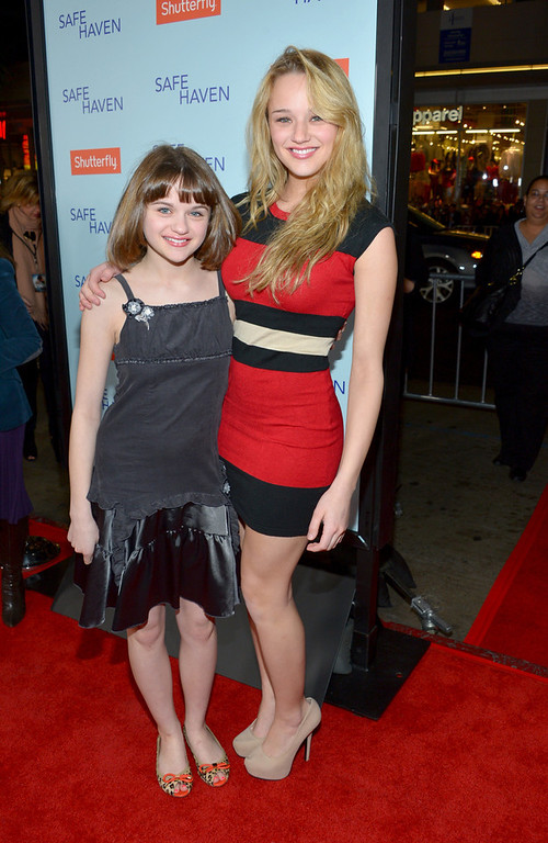 """. Actresses Joey King (L) and Hunter King arrive at the premiere of Relativity Media\'s \""""Safe Haven\"""" at TCL Chinese Theatre on February 5, 2013 in Hollywood, California.  (Photo by Alberto E. Rodriguez/Getty Images for Relativity Media)"""