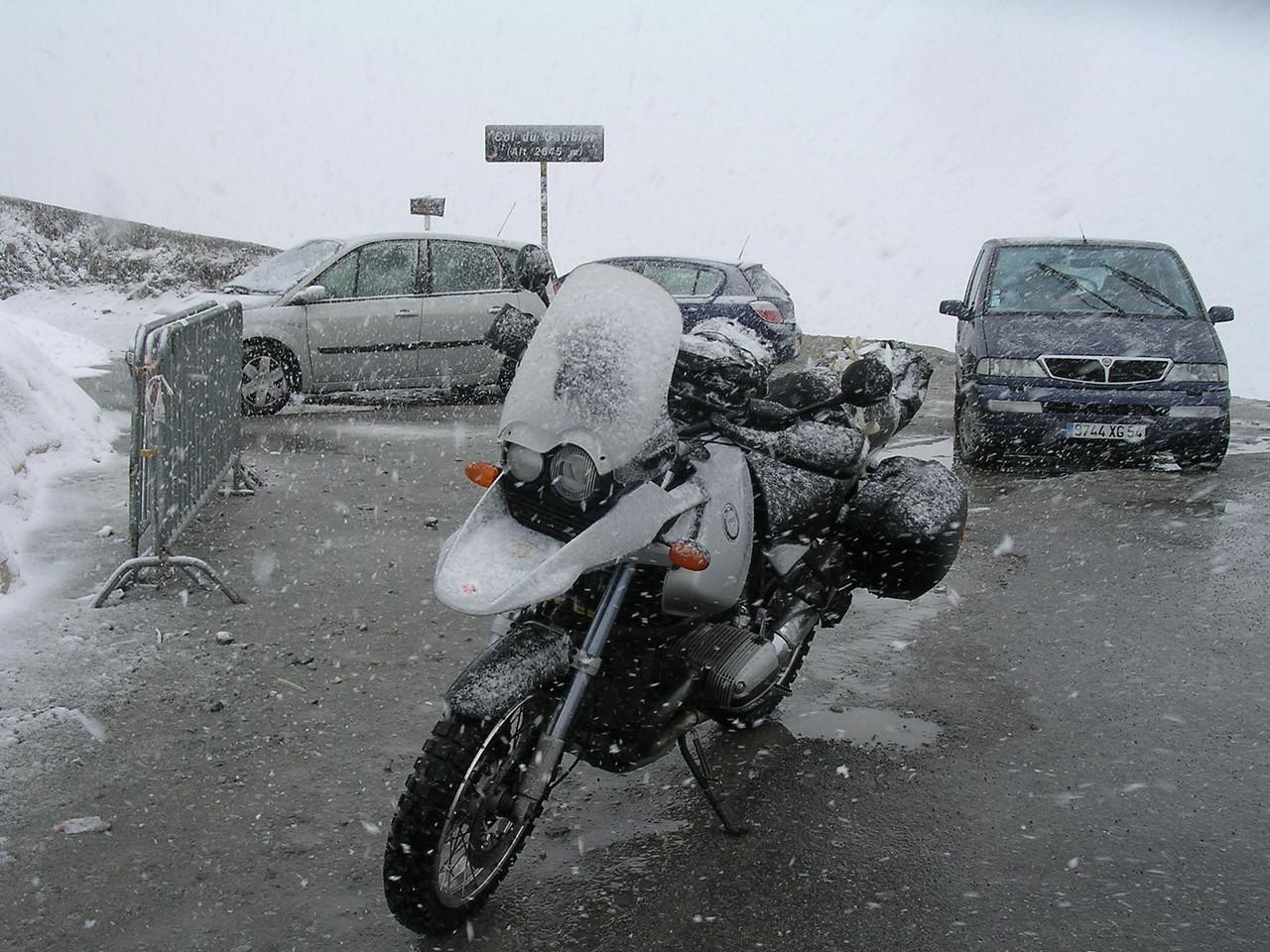 2004 Eerste Alpentrip met deze brommer. Sneeuw bovenop Galibier. Nog geen Touratech tanktas