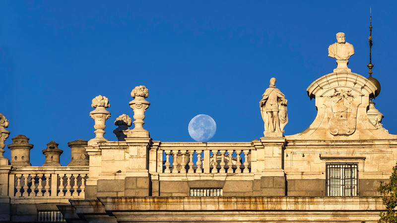 00300 Royal Palace Moonset 16x9.jpg