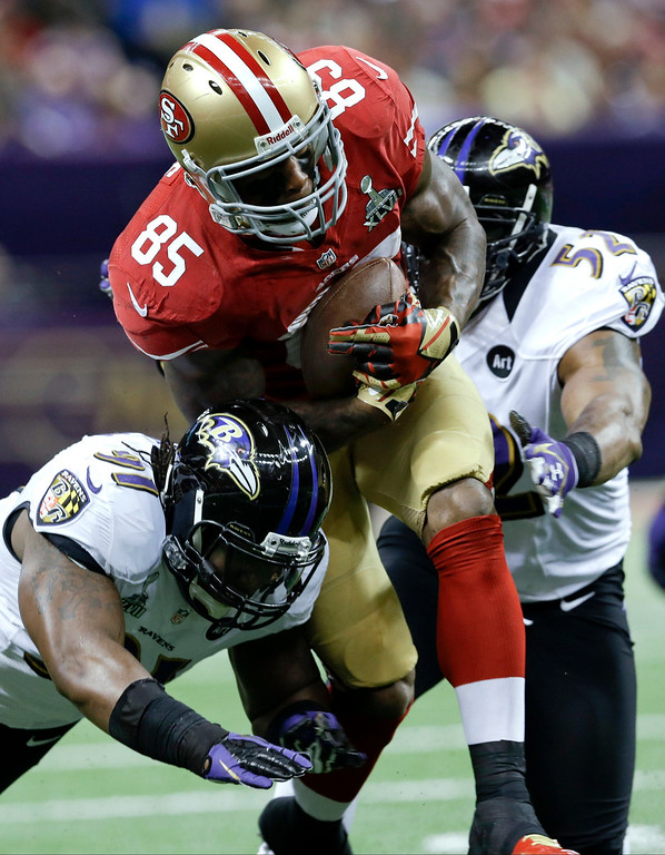 . San Francisco 49ers tight end Vernon Davis (85) runs between Baltimore Ravens linebacker Courtney Upshaw, left, and Ray Lewis during the first half of the NFL Super Bowl XLVII football game, Sunday, Feb. 3, 2013, in New Orleans. (AP Photo/Patrick Semansky)