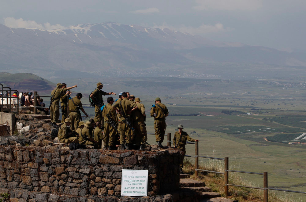 . Israeli soldiers receive a briefing at an observation point on Mount Bental in the Israeli-occupied Golan Heights May 5, 2013.U.N. Secretary-General Ban Ki-moon on Sunday voiced alarm at reports Israel has struck targets inside Syria, but said the United Nations was unable to confirm whether any such attacks had taken place. REUTERS/Baz Ratner