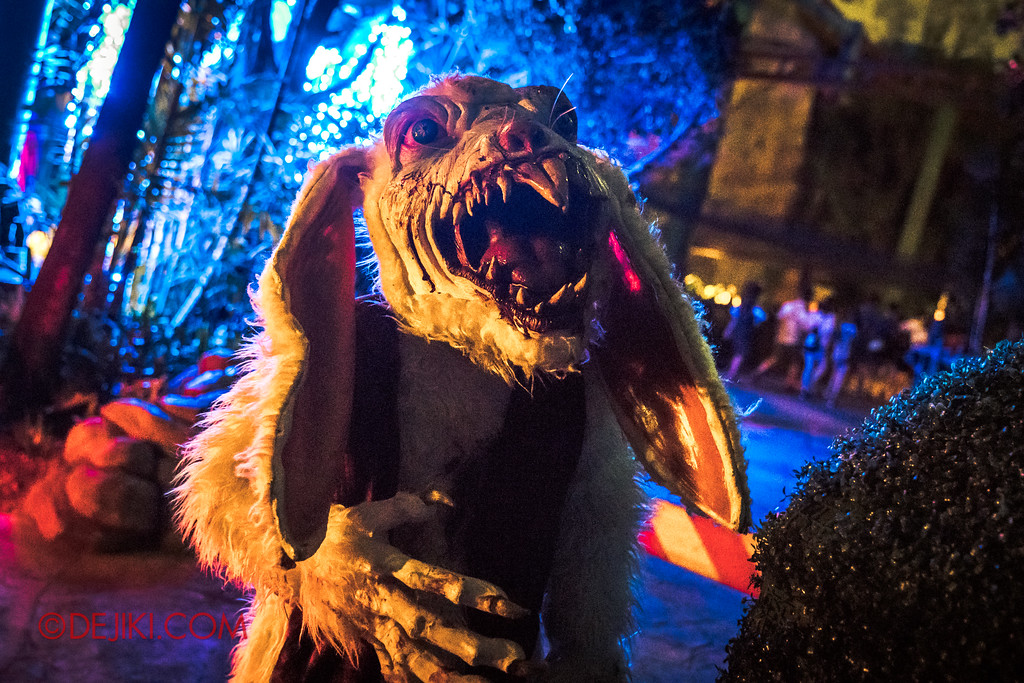 Halloween Horror Nights 7 - Happy Horror Days scare zone / Easter Rabbit attack
