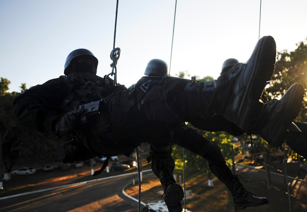 . Police special forces train to operate against drug gangs in Salvador, Bahia State, March 28, 2013. One of Brazil\'s main tourist destinations and a 2014 World Cup host city, Salvador suffers from an unprecedented wave of violence with an increase of over 250% in the murder rate, according to the Brazilian Center for Latin American Studies (CEBELA). Picture taken March 28, 2013.  REUTERS/Lunae Parracho
