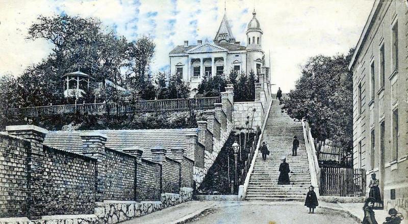 """Vila pravljena za sarajevskog advokata dr. Nikolu Mandića. Projektant je Karlo Paržik  a izgradjena je 1902. godine. Razglednica je iz 1903. U """"vili Mandić"""" do 1992. bio je smješten Olimpijski muzej koji je izgorio."""