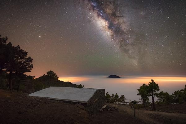 Vía Láctea sobre el mar de nubes en la Punta de los Roques.