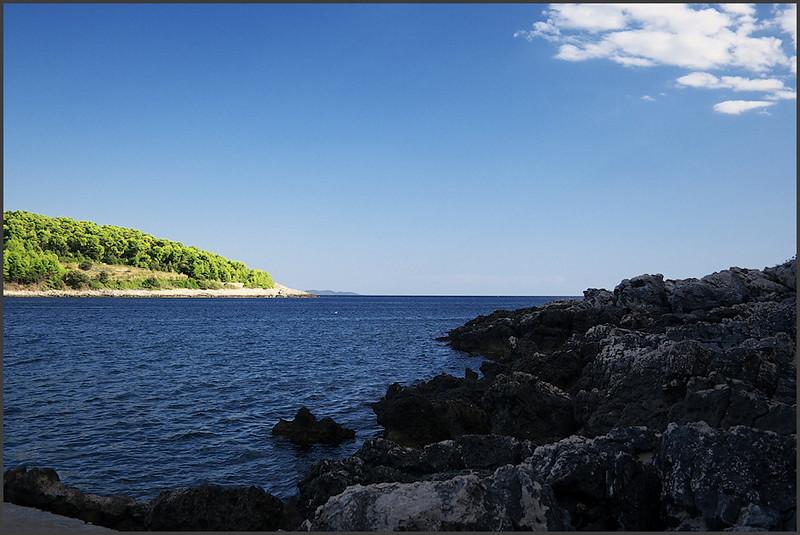 Koupání u Lumbardy. Na obzoru je vidìt ostrov Mljet.