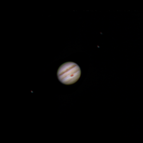 Jupiter 31. 5. 2018 zhruba 1:50 SELČ. Vlevo Io, vpravo Europa a Callisto. SkyWatcher 130/650, barlow 2x, MS Lifecam Studio, stack cca. 1100 snímků. MIzerné podmínky a spíše průměrný výsledek, ale hezky vyšla Rudá skvrna.