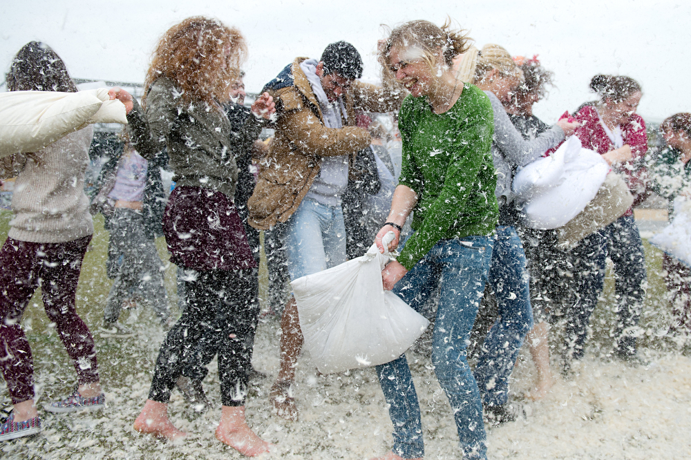 Description of . People meet for the International Pillow Fight Day in the Westpark in Berlin, Germany, Saturday April 5,  2014.  (AP Photo/dpa, Maurizio Gambarini)