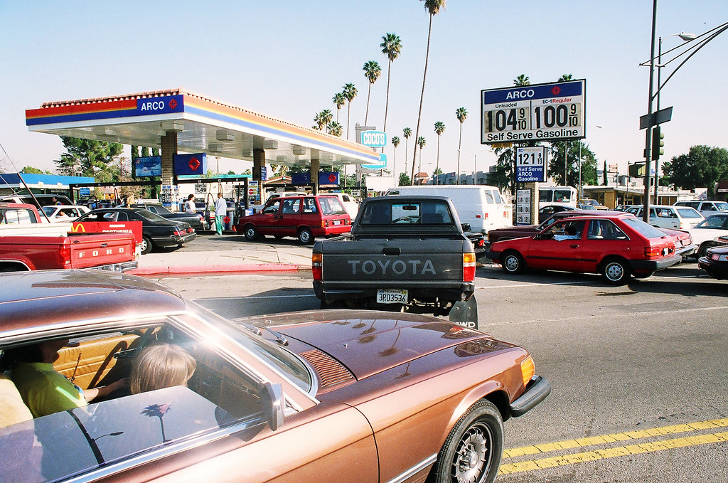 . Motorists line up for gas at an Arco station at Sherman Way and Balboa Boulevard in Reseda.   Los Angeles Daily News file photo