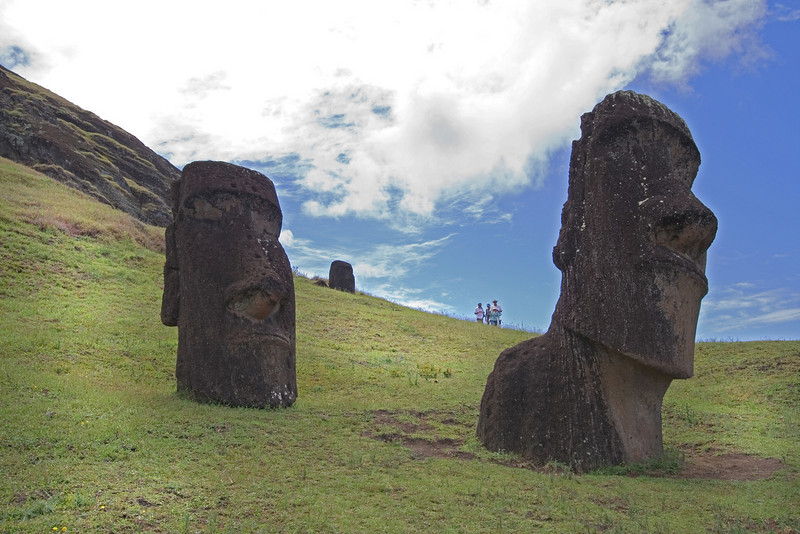 Heads at Rana Rarakku 1.jpg