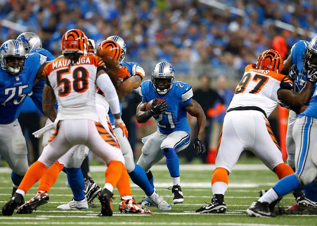 . Detroit Lions running back Reggie Bush (21) looks for running room against the Cincinnati Bengals in the first quarter of an NFL football game against Sunday, Oct. 20, 2013, in Detroit. (AP Photo/Rick Osentoski)
