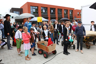 Reuzenstoet 50 jaar Sterbos en opening nieuwe school 2016