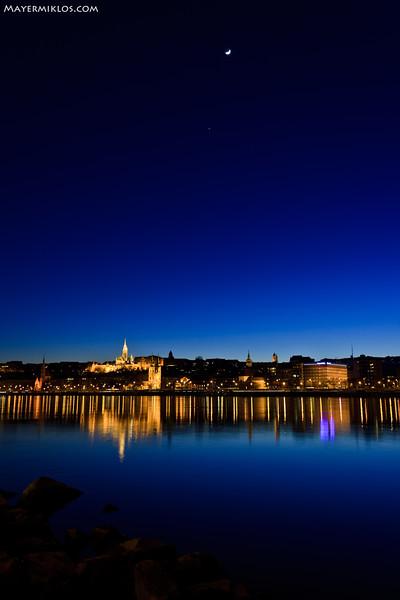 "Moon, Jupiter and Buda Castle in the ""blue hour""  Hold, Jupiter és a budai Vár a szürkületben"