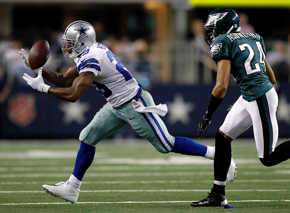 . Dallas Cowboys running back DeMarco Murray bobbles the ball before making the catch as Philadelphia Eagles corner back Nnamdi Asomugha defends during the first half of their NFL football game in Arlington, Texas December 2, 2012.  REUTERS/Mike Stone