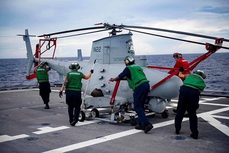 1280px-Sailors_push_an_MQ-8B_Fire_Scout_on_the_flight_deck_of_USS_Gabrielle_Giffords_(LCS_10)._(48793085853).jpg