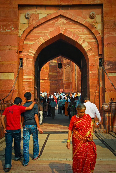 Making our way to Agra Fort.