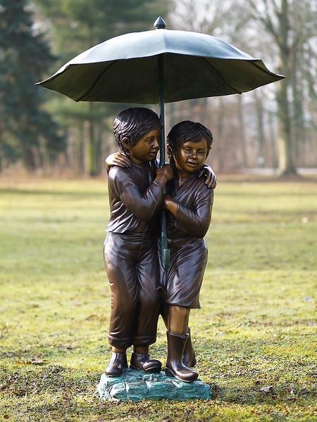 Kinder unterm Schirm mit Wasserspiel 127x53x43