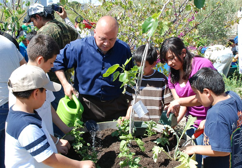 EarthDayLatino_FloraPlanting_2011--04-15_40.JPG